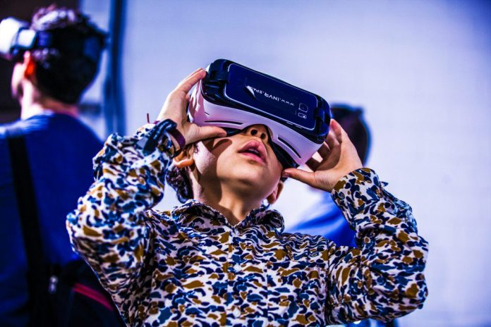 re-publica-vr-samsung-kit-360-degree-panorama-best-videos-youtube-free-cardboard-boy-using-virtual-reality