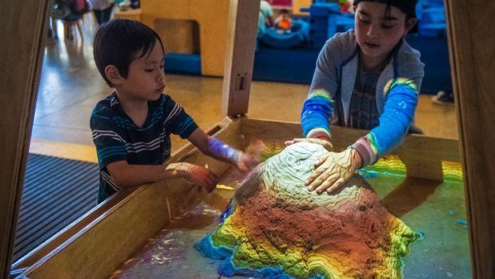 Children-Playing-At-Museum-Technology-STEM-Education-Fun-Projection-Sandbox