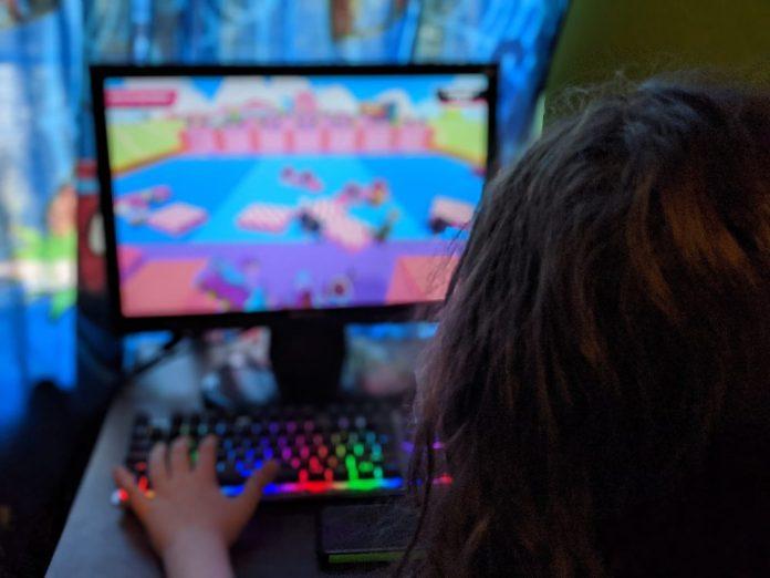 girl_playing_game_on_computer-scopio