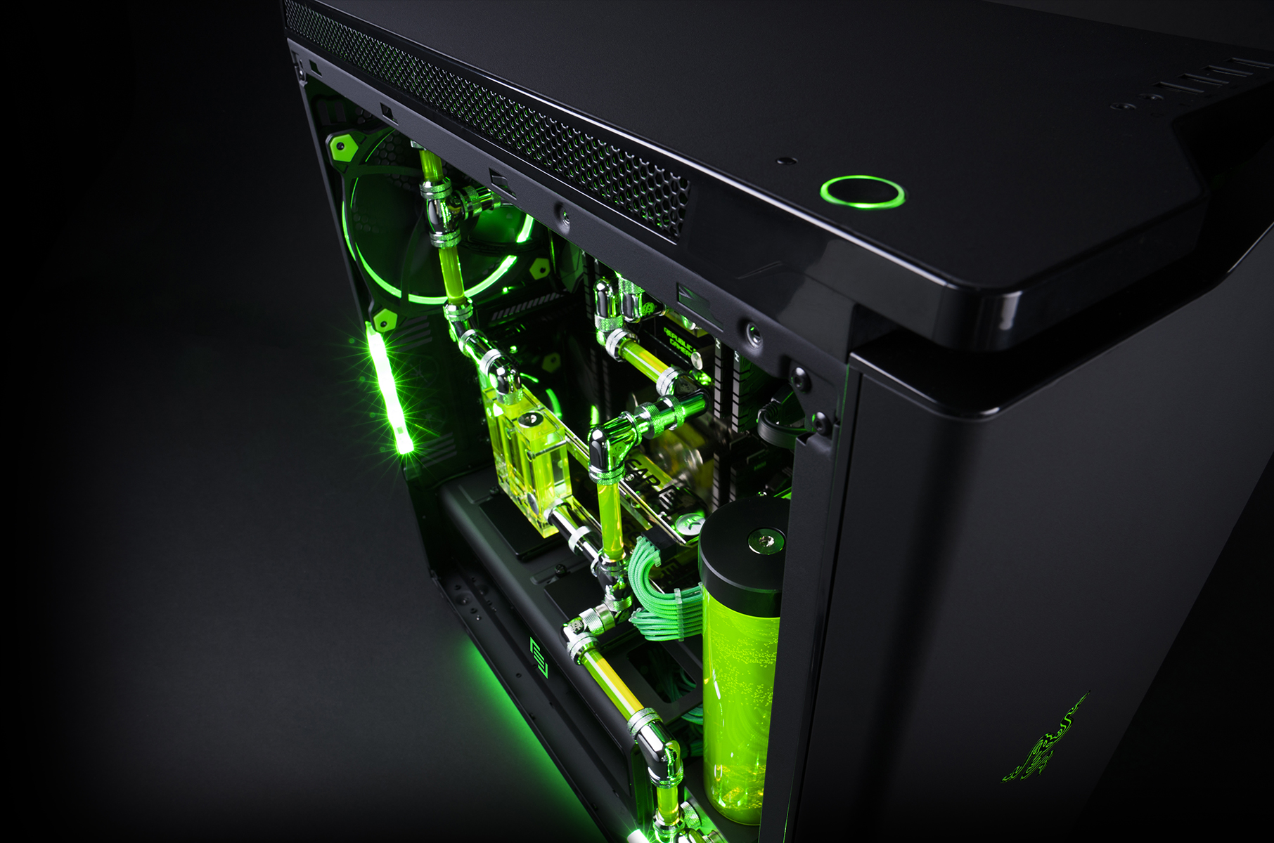 MAINGEAR  RAZER team up on the R1  RAZER