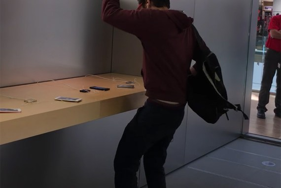 man-smashes-iphones-france-1
