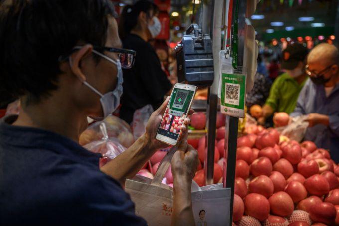 PEQUIM, CHINA - 19 DE SETEMBRO: Um cliente chinês usa seu celular para pagar por meio de um código QR com o aplicativo WeChat em um mercado local em 19 de setembro de 2020 em Pequim, China. (Foto de Kevin Frayer / Getty Images)