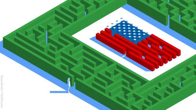 figura solitaria a la entrada de un seto laberinto que tiene una bandera estadounidense en el centro