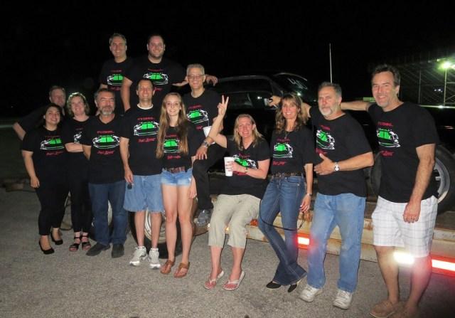 Ekipa Bloodshed Motors  z rodziną i przyjaciółmi