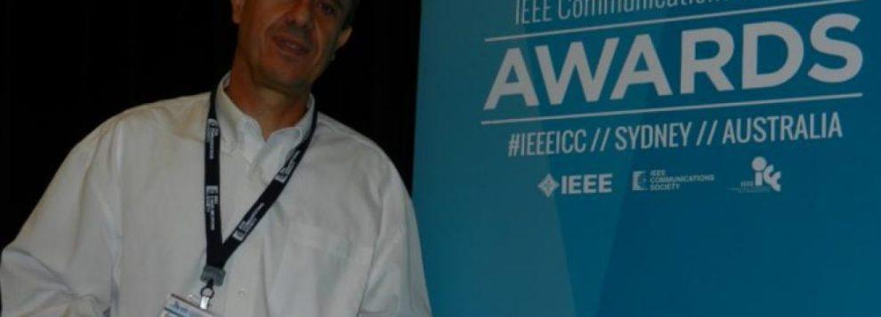 Ποιος είναι ο έλληνας καθηγητής που μελετά τη φόρτιση κινητών χωρίς ρεύμα