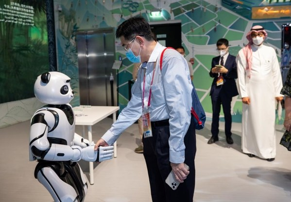 Commissioner-General of the Singapore Pavilion shakes hands with UBTECH Panda Robot (Photo by China Council for the Promotion of International Trade)