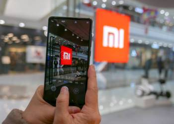 TIANJIN, CHINA - 2018/01/08: A customer is trying a MI phone.  In 2017, the sales of MI mobile phones resumed to reverse the decline. According to media reports, MI is planned to be listed on 2018, valued at $50 billion.  For its simplicity design and good quality, Mi mobile phone is a popular brand among Chinese young middle class. (Photo by Zhang Peng/LightRocket via Getty Images)