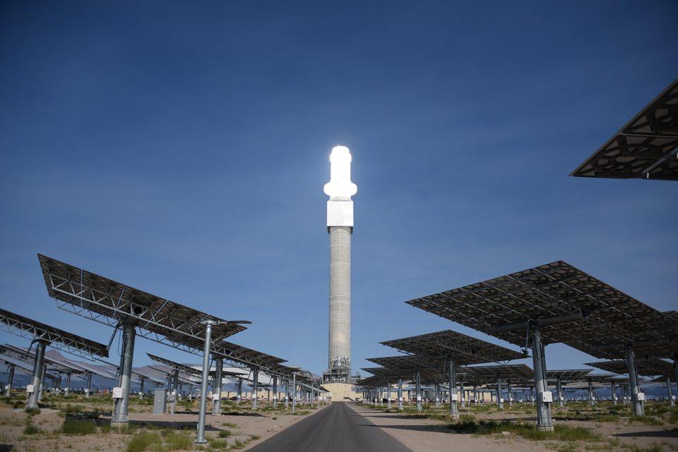 사막 위의 사우론 탑 – 태양열 발전소