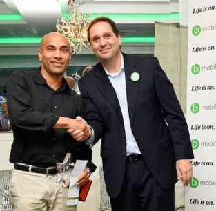 Cellular Planet owner Gevan Sankersingh receives the Top Flagship Dealer Award from TSTT's Chief Commercial Officer Miguel Garcia. Photo courtesy bmobile