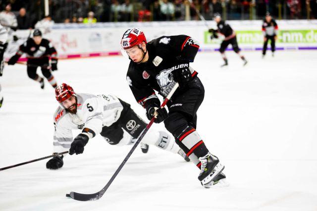 Joueur de hockey avoir deke un adversaire - Photo de Markus Spiske via unsplash