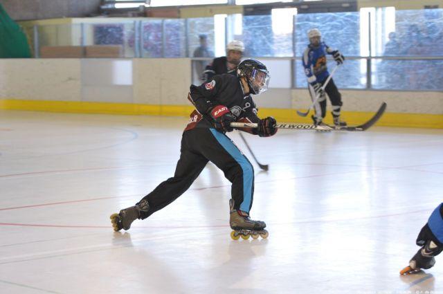 Joueur de roller-hockey après un lancer du poignet
