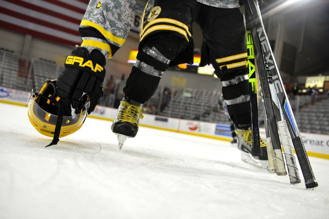 Joueur hockey ramassant son équipement de hockey - Photo par Kyle Johnson via la Joint Base Elmendorf Richardson