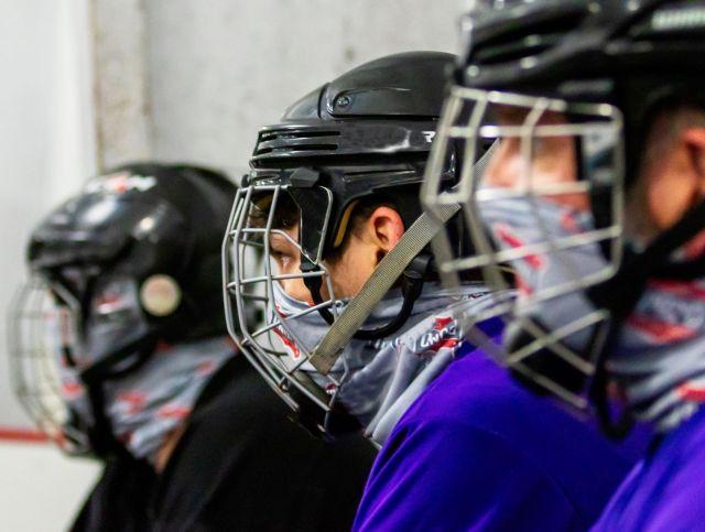 Joueurs de hockey portant un masque - Photo de Ross Bonander via Unsplash