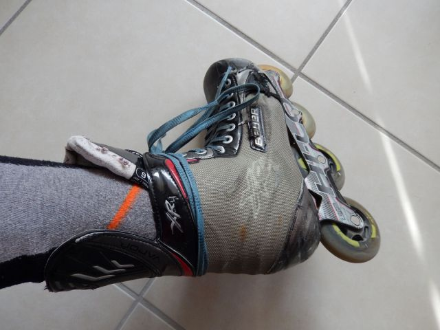 Patin de roller hockey - Fin du serrage par un nœud classique 2