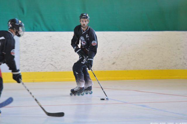 Un joueur de hockey levant la tête