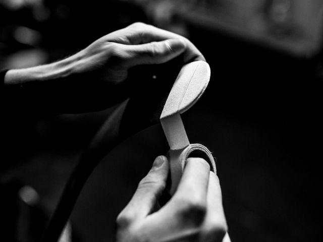 Un joueur tape son baton de hockey - Photo de Mark Landman via Unsplash