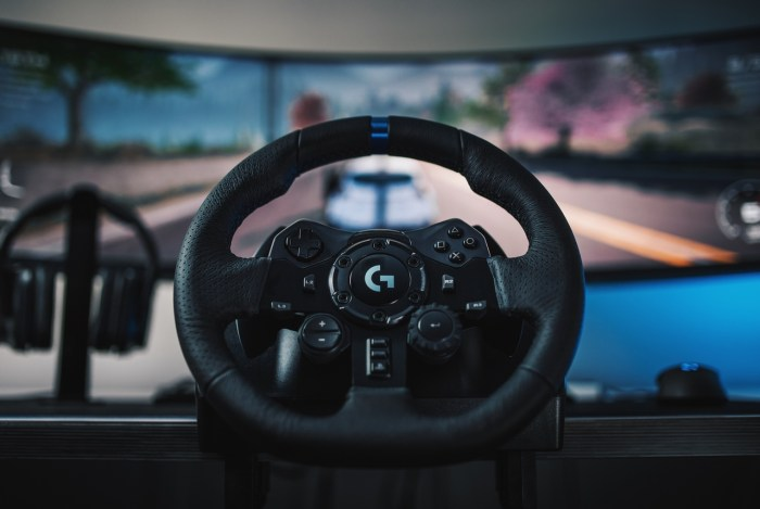 """Firma Logitech G, marka Logitech (SIX: LOGN) (NASDAQ: LOGI) i wiodący innowator technologii oraz sprzętu do gier, prezentuje kierownicę i pedały wyścigowe Logitech G923 – wysokiej klasy zestaw, który zrewolucjonizuje wrażenia z wyścigów symulacyjnych. Zaprojektowana z myślą o maksymalnym realizmie, kierownica G923 została wyposażona w technologię TRUEFORCE™ – nowy mechanizm sprzężenia zwrotnego, który pobiera dane z silnika fizyki oraz silnika audio gry, zapewniając ultra-realistyczne wrażenia. """"Wspaniała kierownica wyścigowa z siłowym sprzężeniem zwrotnym może zadecydować o tym czy ukończysz wyścig na pierwszej pozycji, lub nie ukończysz go wcale"""", powiedział kierowca McLaren F1 Lando Norris. """"Nowa kierownica Logitech G923 z TRUEFORCE zapewnia kierowcom autentycznych doświadczeń za kierownicą i symuluje szczegóły, które czujemy jako kierowcy wyścigowi. Czuję, kiedy tył samochodu traci przyczepność i mogę wpaść w poślizg, co daje mi szansę na szybką korektę i wyprzedzenie konkurentów"""". TRUEFORCE to autorska technologia sprzężenia zwrotnego, która rewolucjonizuje to, co jest możliwe w grach wyścigowych. Wykorzystując fizykę gry i dźwięk w czasie rzeczywistym, pozwala graczom poczuć bardziej niż kiedykolwiek wcześniej takie rzeczy jak, ryk silnika, trakcja opon, rodzaj podłoża i sprzężenie zwrotne kierownicy. TRUEFORCE łączy się bezpośrednio z silnikami w grze, przetwarzając dane do 4000 razy na sekundę w celu uzyskania nowej generacji realizmu i szczegółów w obsługiwanych grach. """"Od kilku lat współpracujemy z kierowcami symulatorów i profesjonalnymi kierowcami samochodów wyścigowych, aby stworzyć w pełni realistyczne wrażenia z jazdy"""", powiedział Ujesh Desai, dyrektor generalny Logitech G. """"Dzięki TRUEFORCE naprawdę można poczuć drogę, wraz ze wszystkimi subtelnymi cechami samochodu wyścigowego. To naprawdę podnosi poziom wrażeń, a wszyscy, których próbowali grać na naszych nowych kierownicach, zawsze odchodzili z uśmiechem"""". Zestaw Logitech G923 zaprojektowany z myś"""
