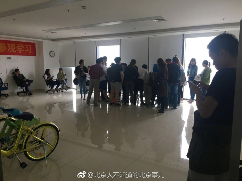 Coolqi app users seek a return of their deposits at the Tongzhou HQ (Image credit: 北京人不知道的北京事儿)