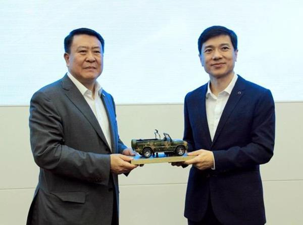 Baidu Chairman and CEO Robin Li (right) and BAIC Group Chairman Xu Heyi at strategic partnership agreement signing ceremony (Image Credit: Baidu)