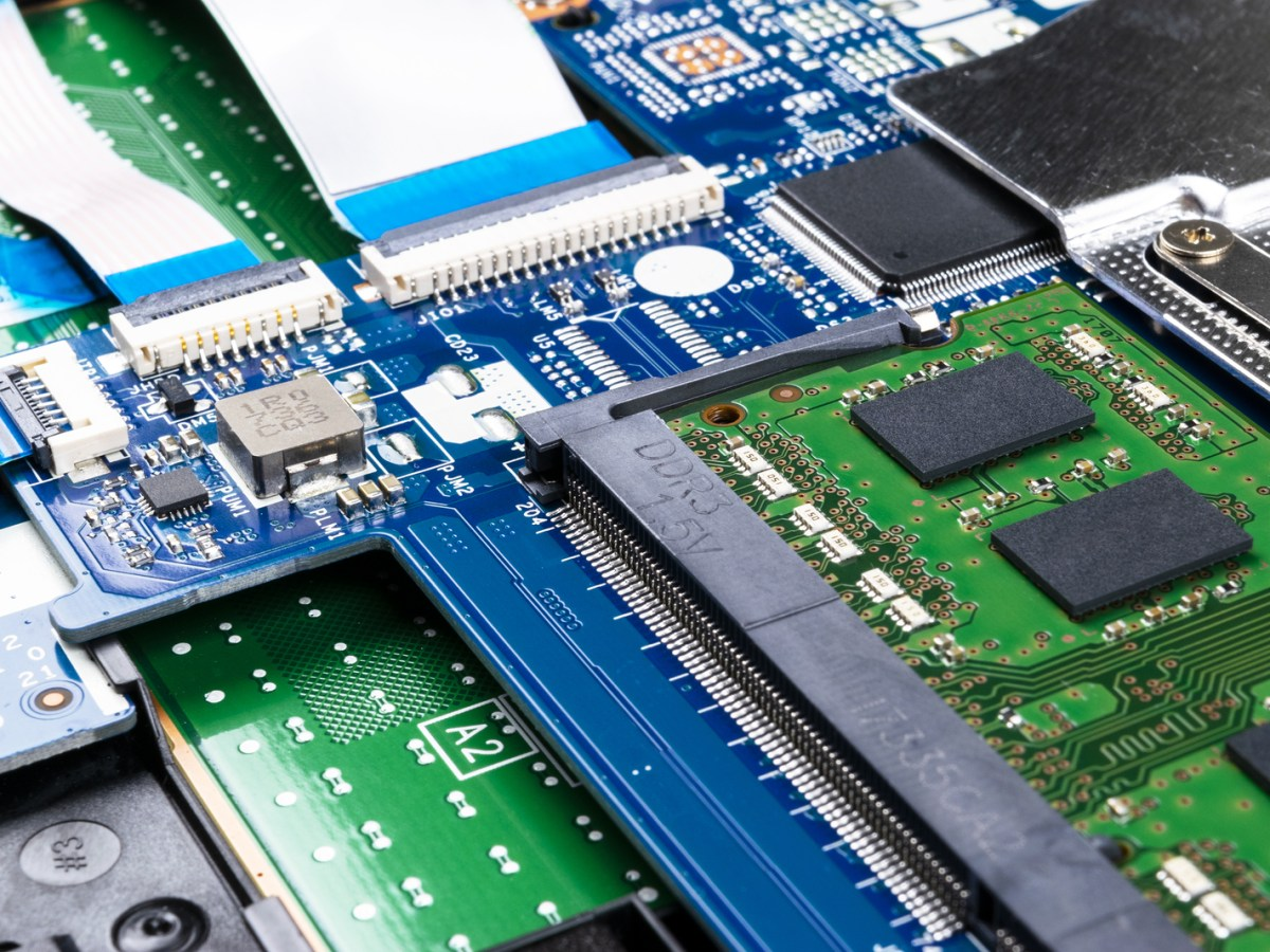server chips cloud semiconductor Wuhan Yangtze Memory chips NAND flash 128L 64L manufacturing China government Shanghai, SMIC