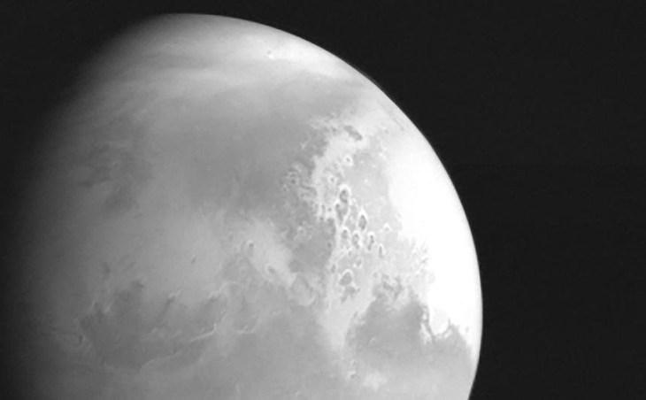 Китайский космический аппарат передал первые изображения поверхности Марса