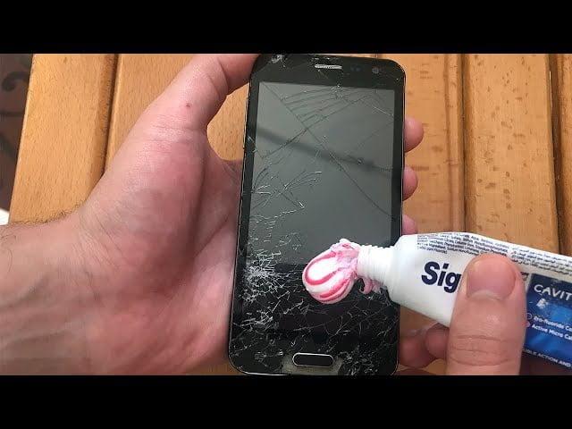هل يمكنك إصلاح شاشة الهاتف المكسورة بنفسك بمعجون الأسنان ؟