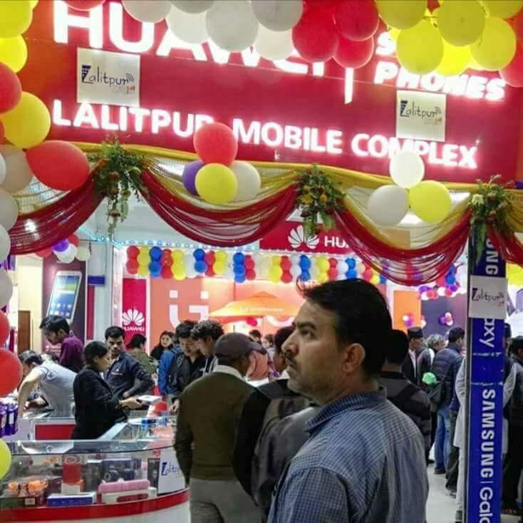 ललितपुर मोबाइल एक्स्पोमा ग्राहकहरुको भिड बढ्दो, मोबाइल किन्दा छुटैछुट