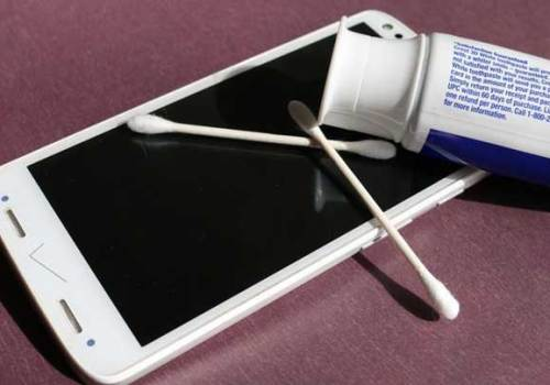 स्मार्टफोनमा स्क्य्राच भयो ? घरमा नै उपलब्ध टूथपेष्टले यसरी स्क्रीन चम्काउनुहोस्