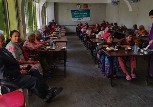 सिटिजन्सद्वारा ज्येष्ठ नागरिकलाई भोजनको प्रबन्ध