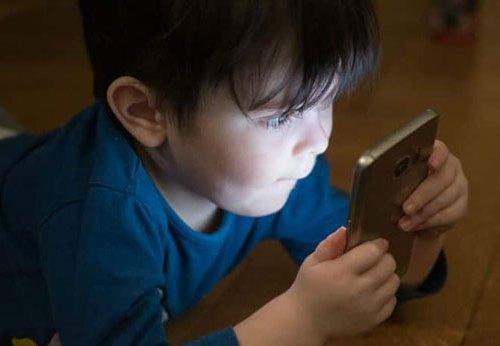 ५ वर्षमुनीका बालबालिकालाई १ घण्टाभन्दा बढि मोबाइल नदिनुस्: रिपोर्ट