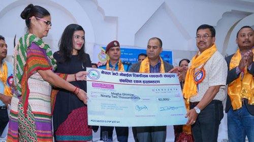 नेपाल रिकन्डिसन व्यवसायी संघले दुवै हात गुमाएकी किशोरीलाई दियो सहयोग रकम