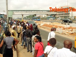 cross-section-of-pedestrants-line-up-to-make-use-of-bridge-at-ojota-lagos-6