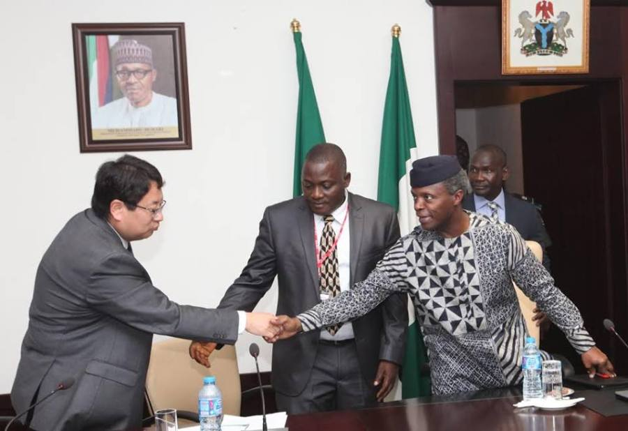 Vice President Yemi Osibajo (R) in hand shake with Chinese investor during the visit