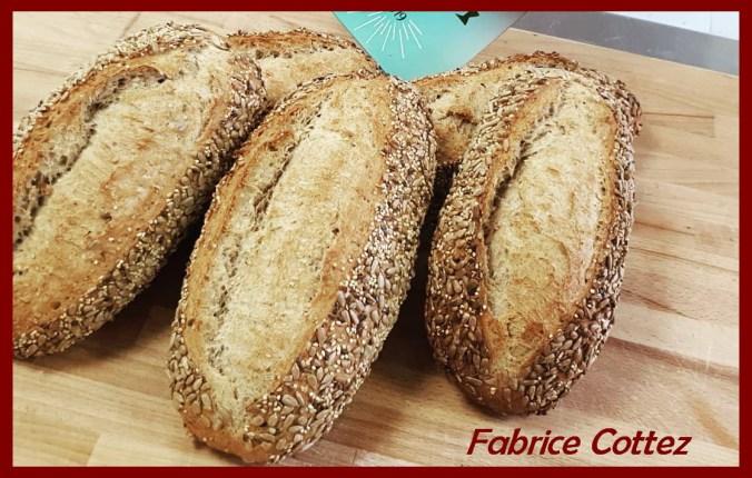 Une image contenant alimentation, table, pain, intérieur Description générée automatiquement