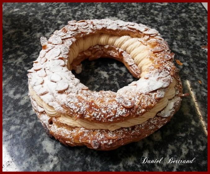 Une image contenant beignet, donut, alimentation, assis Description générée automatiquement