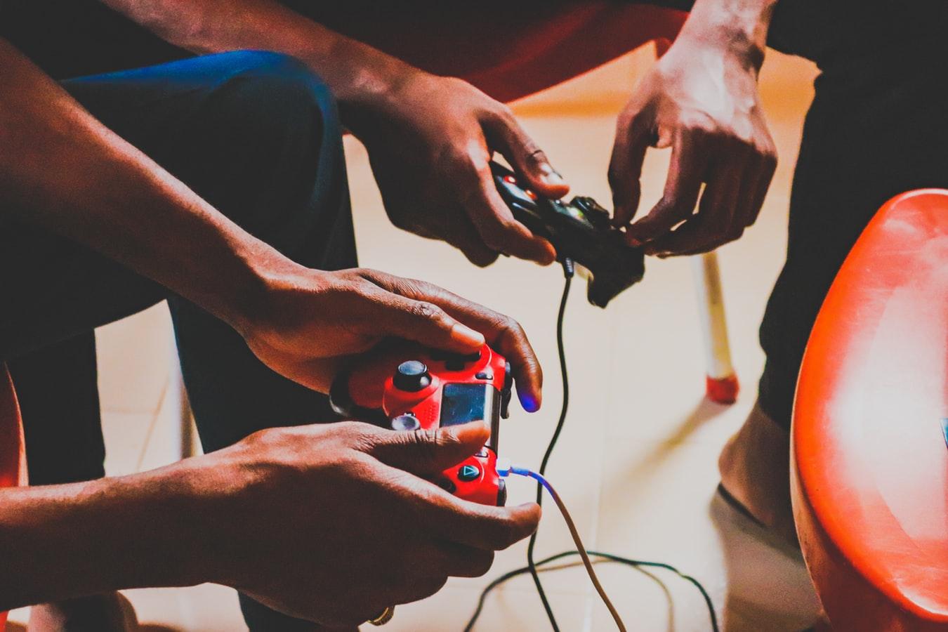 De jeunes gens tenant des manettes de jeux vidéo