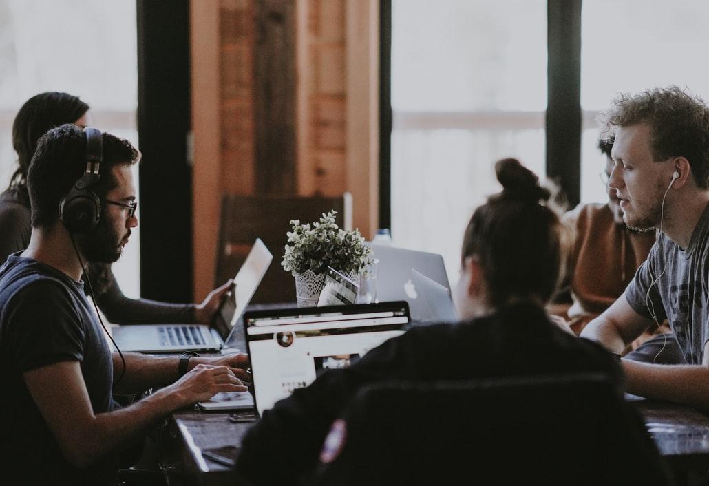 De jeunes membres d'une start-up en réunion.