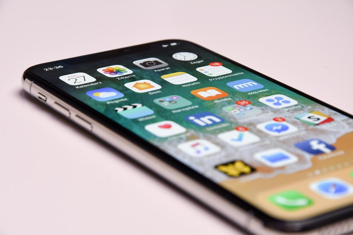 Un smarphone avec les icônes des reseaux sociaux sur l'écran.