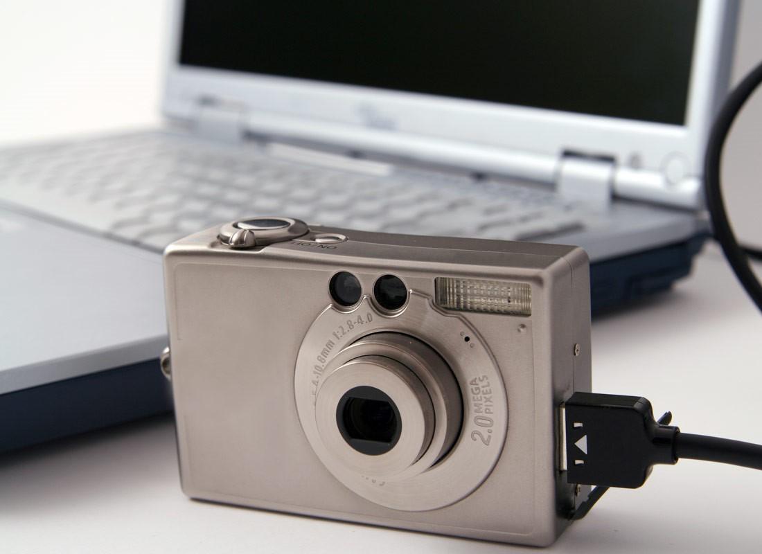 Hur överför bilder från kameran och filer till en dator?