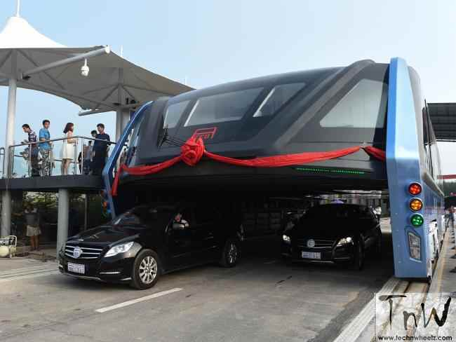 Transit Elevated Bus (TEB) that drives over cars tested in China