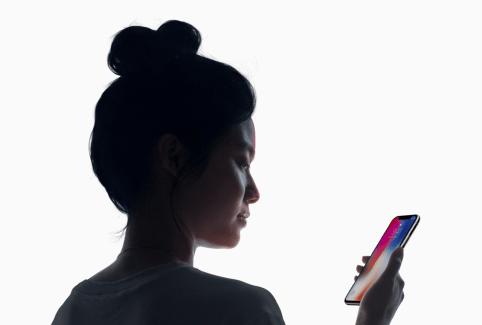 ▲iPhone-X-取消了-Touch-ID-並以-Face-ID-人臉解鎖及身份辨識新功能取而代之,只需要望著前置鏡頭即可解鎖