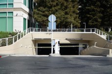 Tiefgarageneinfahrten, Zäune, Parkplätze: Von außen macht Apples Firmenzentrale nicht viel her