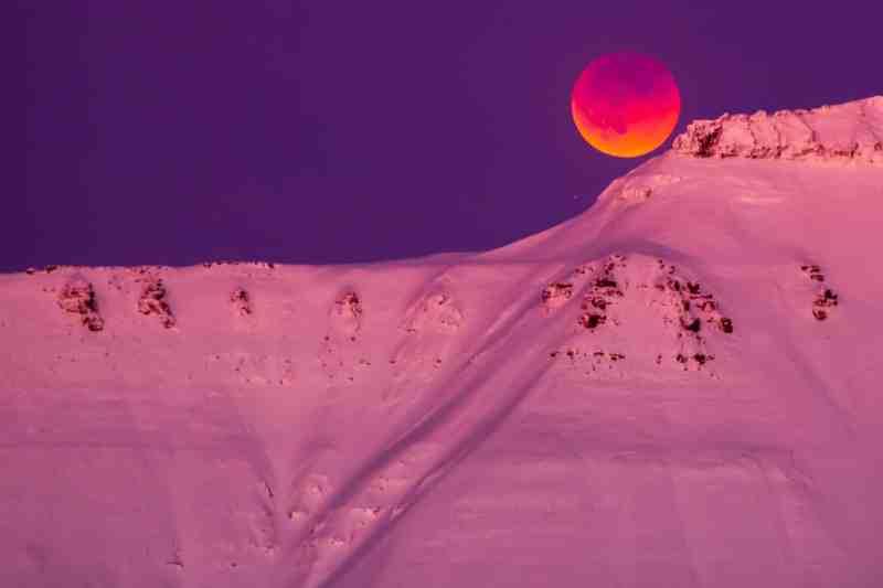 The moon peeps over the top of a mountain range in Longyearbyen, Svalbard, Norway Photograph: Heiko Junge/EPA Tech urdu