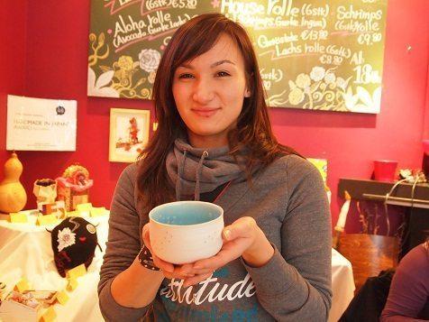 ドイツで開催された「HANDMADE in JAPAN AWARD」で日本人クリエイターの作品を手に取るドイツの女性