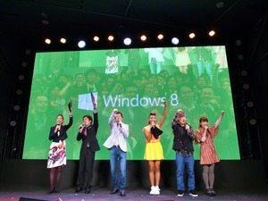 待ち切れない! 「Windows 8 前夜祭」に沸く秋葉原、すでに行列も 【増田 @maskin】