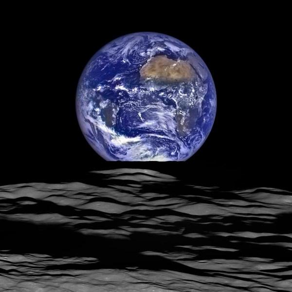 a foto é tirada da lua
