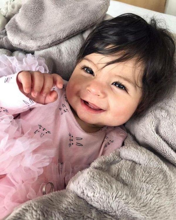 bebe linda e sorridente