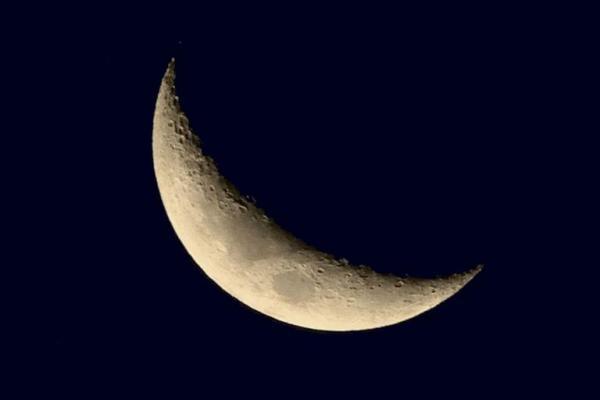 a lua crescente belíssima