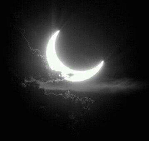 na escuridão da lua crescente