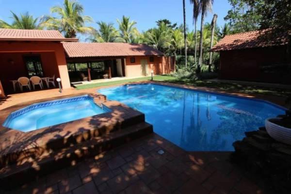 Chácara com duas piscina.